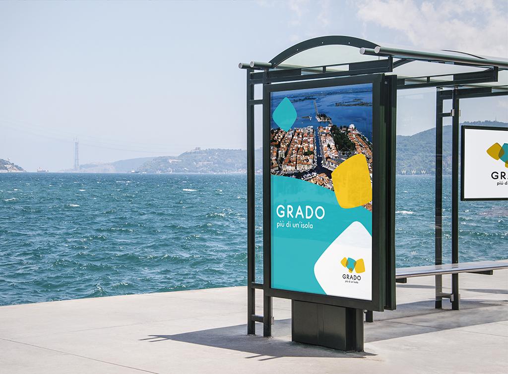 """Applicazione marchio """"Grado – Più di un'isola"""" su cartellonistica"""